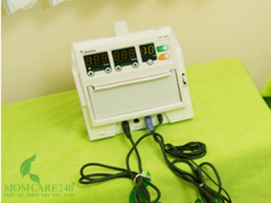 1) Điều dưỡng sẽ mang Monitor Sản khoa cùng các thiết bị Y tế chuyên dụng đến nhà