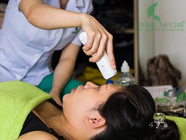 1) Đo thân nhiệt, huyết áp, kiểm soát tổng quan thể trạng sản phụ.