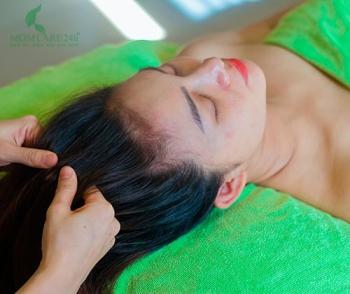 Thoa tinh chất dầu bưởi dưỡng tóc, giảm gãy, rụng