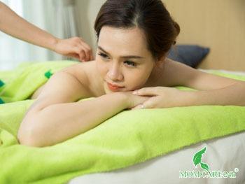 9) Massage body thư giãn, giảm đau nhức sau sinh